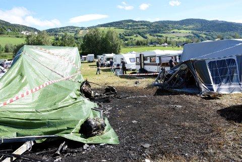 En person omkom da en campingvogn brant på Countryfestivalen på Vinstra fredag morgen.