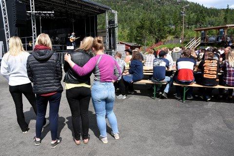 Countryfestivaldeltakerne på Vinstra er sterkt preget etter brannen, der en festivaldeltaker mistet livet fredag morgen.