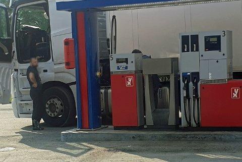 RØDDIESEL: Lasse Nordgård ble tilfeldigvis oppmerksom på at sjåføren fylte avgiftsfri diesel, onsdag formiddag.