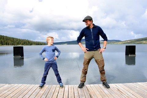 10 år gamle Peder Kjøs fra Lillehammer og skuespiller Pål Christian Eggen står sammen på Gålåscenen.  - Jeg hadde lyst til å prøve teater, sier 10 år gamle Peder.