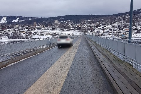 Denne sjåføren tok snarveien over Vingnesbrua.