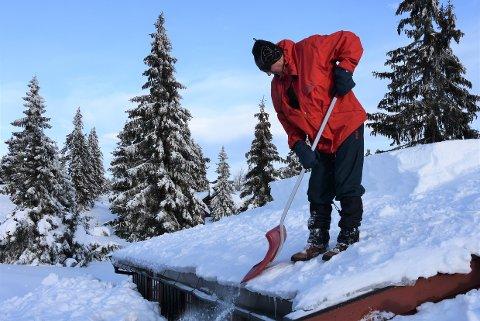 MÅKER: Mange med Oddvar Myhren fra Lillehammer har  tømt taket to ganger denne vinteren. Han kan gå rett opp på taket uten stige på hytta ved Storåsen.