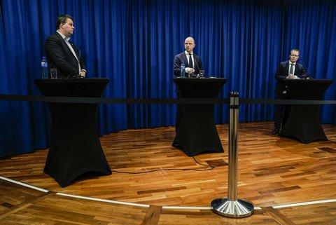 LO-leder Hans-Christian Gabrielsen (t.v.), NHO-direktør Ole Erik Almlid og KS-styreleder Bjørn Arild Gram under pressekonferansen der de presenterte en nasjonal veileder for kommunene om lokale karanteneregler.