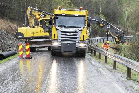 LAVEST I PRIS: Selskapet Mesta as, her med bil og maskin på en av fylkesvegene i Nord-Gudbrandsdal.