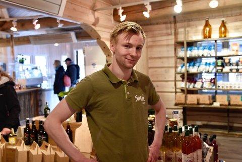 Dag Åmund Aukrust (21) har jobbet som sommervikar på Smak i Lom i fem år. Denne sommeren er det særdeles populært med lokal mat.