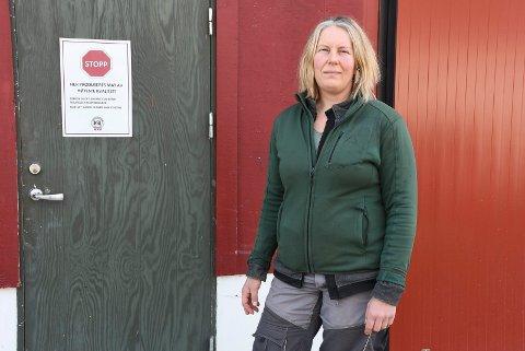 Stopp: Hanne Guåker roper varsko og ber de som driver med hobbyhønsehold om følge med og registrere flokken sin. Smittsom og dødelig fugleinfluensa er oppdaget i Norge og det slås alarm.