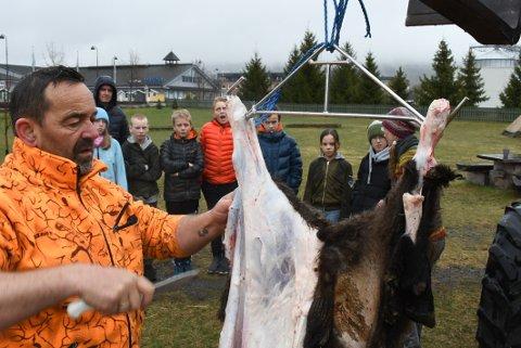 SKAPER REAKSJONER: Slakter Jan Morten Kampesveen viste barna ved Lismarka og Messenlia skoler hvordan man slakter.