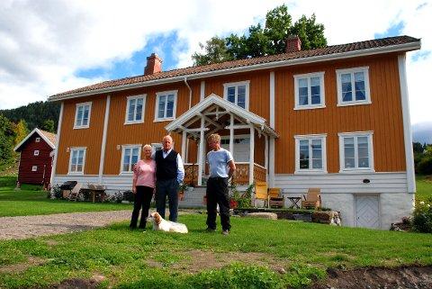 TOTALRENOVERT: Elisabeth og Morten Christian Mo kjøpte den gamle prestegården i Brandbu i 2001, og brukte mange år på å sette den i stand. En av flere gode hjelpere var Torstein Johnsrud (til høyre). Arkivfoto