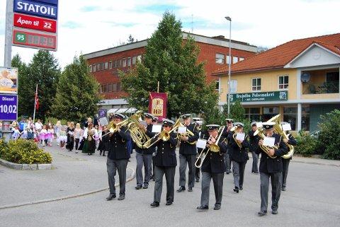 SPILLER: Moen musikkforening sørger for et annerledes innslag i årets utgave av Viggaløpet.