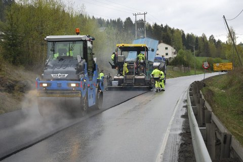 NY ASFALT: Bilde fra arbeidet med å legge ny asfalt på fylkesveg 34 ved Brandbu i 2015. Nå skal fylkesvegene på begge sider av Randsfjorden rustes opp.