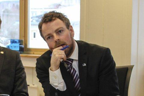 INTERESSERT: Kunnskapsminister Torbjørn Røe Isaksen (H) besøkte Hapro Senter for yrkeskvalifisering. Han var både lydhør og spørrende under den strengt tilmålte seansen. Røe Isaksen rakk også å påpeke at regjeringen økte BPA-rammene med 58 millioner kroner fra 2014 til 2015.