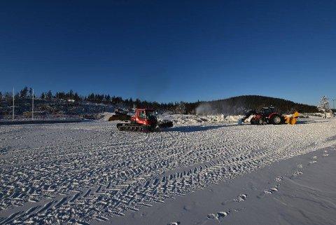 DET JOBBES: Løypemannskaper tilrettelegger for framtidige skiløyper på Lygna skistadion.