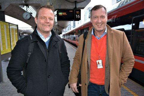 PÅ OSLOBESØK: Øystein Gullaksen (til venstre) har vært på tre dagers hospitering hos Erik Storhaug (til høyre), nåværende sjef i Gjøvikbanen.