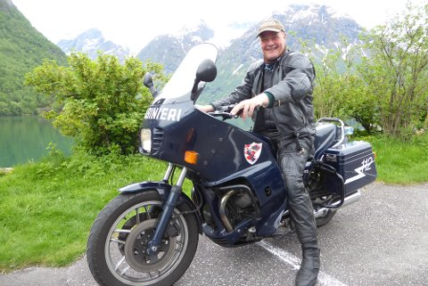 FIKK MYE OPPMERKSOMHET: Bård Hornslien fikk mye oppmerksomhet av andre reisende og turister for sine gamle politimotorsykkel. Som ekte italiener er doningen selvfølgelig en Moto Guzzi.