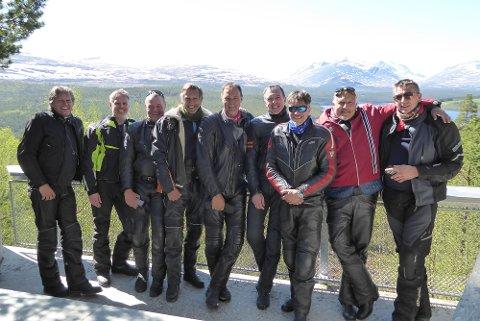 MAJESTETISK: Naturen har ifølge Jon E. Jameson vært majestetisk og mc-gutta fra Hadeland måtte ta en gruppeselfie foran Rondane.