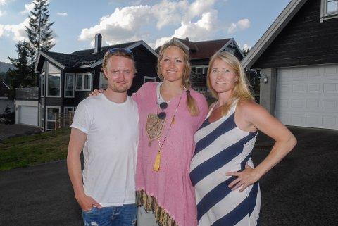 NÆRT FORHOLD: Gran-søsknene Morten, Hilde og Monica Hoff trives godt i lag, og har bosatt seg vegg i vegg på Harestua.
