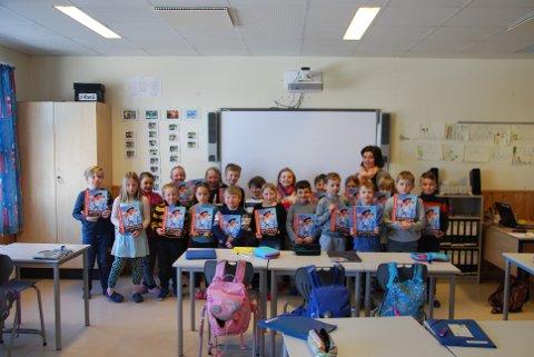 BOKGAVE: Engasjerte elever ved Toso skole sammen med lærer Inger Johanne gleder seg til å arbeide med den nye boka.