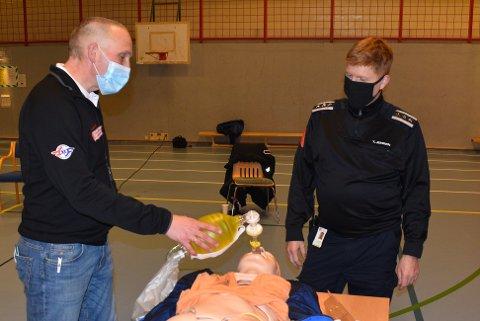 OPPLÆRING: Åke Erling Andresen, mannen bak forskningsprosjektet, gir brannsjef Tonny Jensen opplæring i bruk av i-Gel mens han forklarer fordelene med middelet.