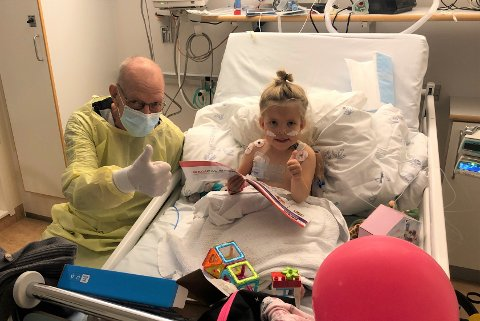 VELLYKKET: Dette bildet er tatt dagen etter at Frida fikk bestefar Tronds nyre. Operasjonen gikk veldig bra, og Trond var på beina umiddelbart.