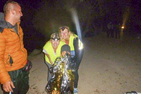 Trygg: Et av barna som ankom på natta har fått varmeteppe, og ting har roet seg ned der i mørket for en liten stund. Foto: Katrin G. Brubakk