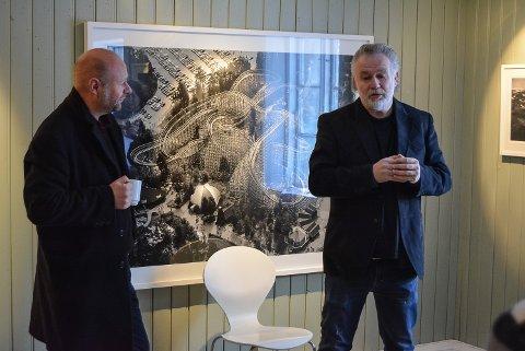 """KAMERATER: Morten Andersen (t.v.) kjenner Raymond Mosken godt etter mange års samarbeid særlig på mørkerommet med framkalling av bilder. Han tok turen fra Oslo for å """"fotobade"""" Mosken under åpningen av sistnevntes utstilling i Galleri Rød."""