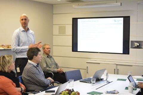 NY SJEF: Haldenser Lars Erik Myhre er ny midlertidig fabrikksjef på Fresenius Kabi etter Frank Zägel. Han presenterte bedriften for flere av Haldens bedriftsledere og -eiere.Alle foto: Anja Lillerud