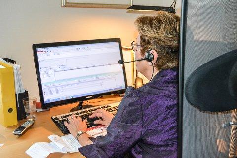 NÅ ER DET SLUTT: Mandag 31. oktober hadde Tove Harboe sin siste dag på sentralbordet i Halden kommune. Mange har hørt stemmen hennes, men hvordan ser hun egentlig ut?