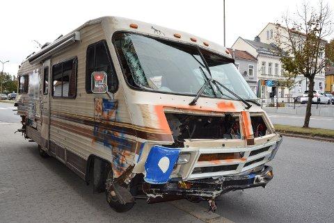 ENDTE HER: Campingbilen var involvert i et trafikkuhell i Strömstad og ble fulgt av politibilder fra Svinesund til Halden sentrum. Ved Løkkebergkryset rygget føreren av campingbilen på en av politibilene som jaktet på den. Ferden endte ved Halden politistasjon.