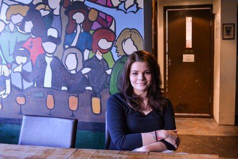 OPPUSSING: Bak den brune døra ligger kjøkkenet på Grensen Burger Bar. Det skal oppgraderes etter at Mattilsynet stengte det etter sin smilefjeskontroll nylig. – Kjipt at vi må stenge, men da fikk vi fortgang i arbeidene som vi uansett hadde tenkt til å gjennomføre, sier hun.