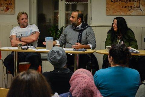 FRAMTIDA: Shan Salman Ibrahim Butt (i midten) fra Halden islamske forening og Wenche Erichsen fra Halden frivilligsentral var to av paneldeltakerne som minnet om at det var viktig å tenke langsiktig når det gjelder integrering og få frivillige til å engasjere seg. Samfunnsdebattant Arno Madsen til venstre.