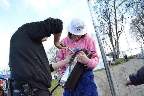 Andreas Norheim fra Halden-bussen Guruen fikk hjelp til å fikse det strobelyset.
