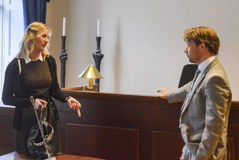 Den voldsdømte politimannen fra Halden må i fengsel. Dette bildet er av aktor Marthe Gaarder og forsvarer Ole Richard Holm-Olsen i Halden Tingrett. Arkiv.