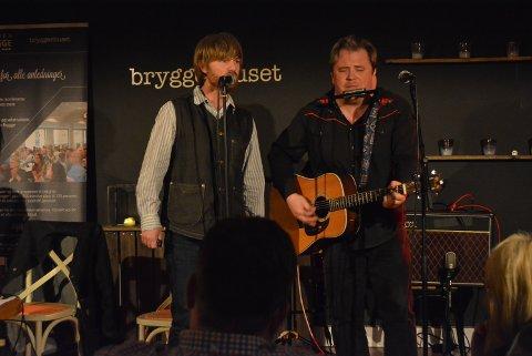 Håkon Ohlgren (t.v.) og Omar Østli bød på nye og gamle sanger på Musikkbadet på Bryggerhuset.