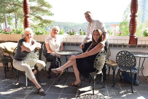 DANSEGLADE: Anne Kloster Bjørge (f.v.),  Hilde Rustad, Mona Baekken og Christer Stenstrøm inviterer til tangokurs med sosial sammenkomst på Knivsø. – Meld dere på, finn på noe nytt med venner eller partneren din. Vi vil skape et dansemiljø i Halden, sier firkløveret.