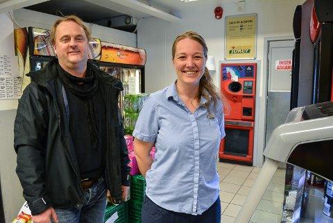 Medeier Leif Anders Stene-Johansen og driftsleder Monica Søvik må bygge om avdelingen hvor panteautomaten, brus og øl står.