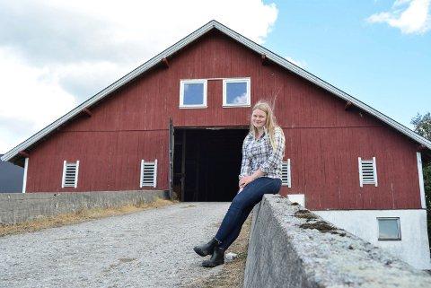 Ragnhild Marie Gjersøe Eriksen (17) frykter at ny jernbane kommer til å rasere drømmen om å overta familiegården i Berg.