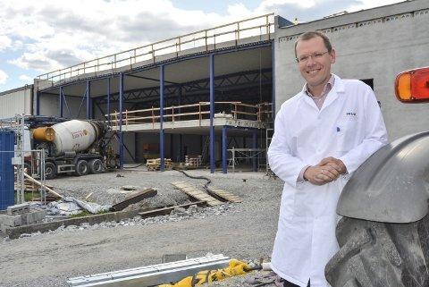 UTVIDER: Fabrikksjef Frank Zägel sier det blir omgjøringer både innvendig og utvendig når nybygget står ferdig i desember. – VI skal lage ny infrastruktur ved blant annet å flytte kantina, sier han. Nye produksjonslinjer er årsaken til utvidelsen.