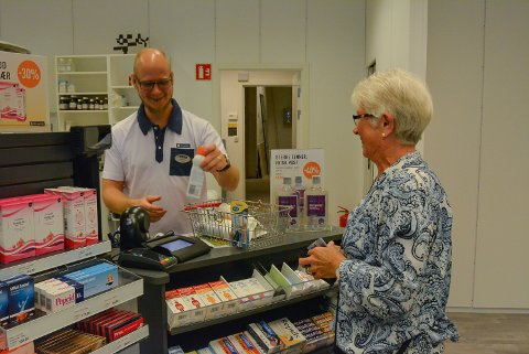 Inger Haukedal blir ekspedert av apoteker Niklas Pernevi.
