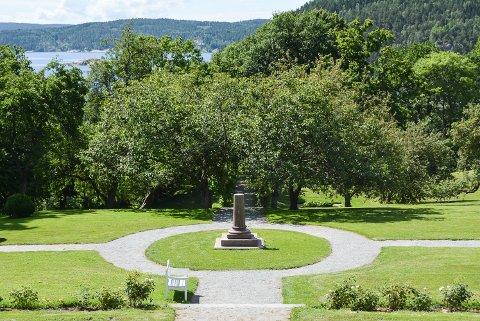 Søylen midt i Rødsparken mangler noe vesentlig. Det hvite hodet i marmor til Peter Martin Anker som bodde på Rød på begynnelsen av 1800-tallet, er knust på grunn av hærverk.