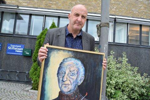 MÅ UT AV HVELVET: Trond Arne Vangen i Halden kunstforening må lete etter nytt lager til foreningens 193 kunstverk. Ett av dem er et portrett av den lokale maleren Leif Eriksen malt av Dag Due.