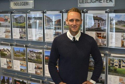 TROR PÅ PRISVEKST: Eiendomsmegler Mats Lilledal hos Jan G. Lilledal AS registrerer at tilbudet er mindre enn etterspørselen etter eneboliger.