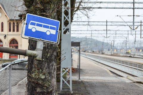 BUSS FOR TOG: Først var det strekningen mellom Fredrikstad og Halden som måtte betjenes med buss. På grunn av strømproblemer tirsdag må alle passasjerene på Østfoldbanen ta buss inntil problemene er fikset.