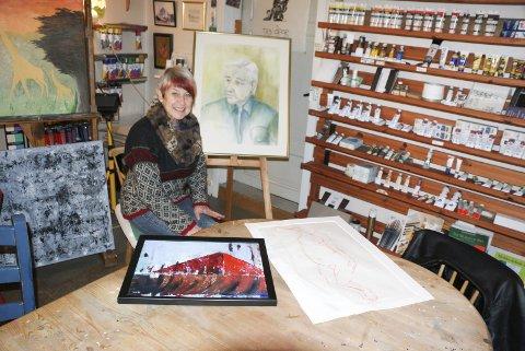 KUNSTSJEL: Wenche Høidal med et bilde hun har malt av sin far. Her arrangerer hun tegne og malerkurs for barn og voksne og skal ha åpen dag på fødselsdagen den 29.