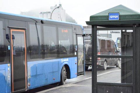 RØKFRITT: Nå skal det bli røkeforbud på alle bussterminaler i Østfold. Men også på større utendørs holdeplasser som ved Busterudparken blir man oppfordret til ikke å røke når det er andre reisende til stede.