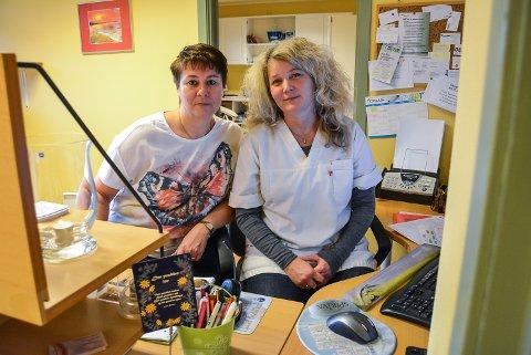 – VI ER SKUFFET: Helsesekretærene Kristin Rojahn Martinsen (t.h.) og Wenche Tønnesen føler seg tråkket på av Forbrukerrådets test av legekontorers tilgjengelighet og digitale kommunikasjon med pasienter. – Vi er skuffet og føler oss tråkket på som yrkesgruppe, sier de.