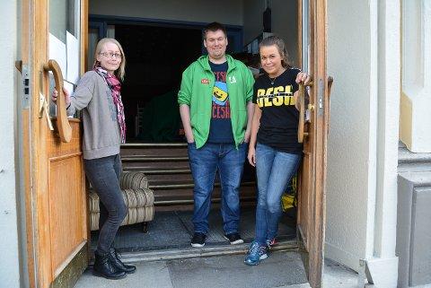 VELKOMMEN: Disse dørene åpnes for Haldens innbyggere den første helga i desember. Allerede i november er det klart for ungdomsklubb i første etasje. F.v. Lena Brestrup, Michael Lundsveen og Mikaela Røstadli Dahl.