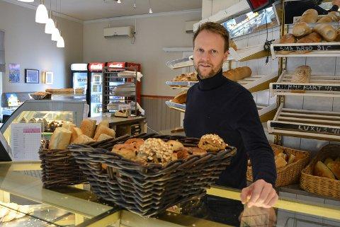 POSITIV: Espen Halkjær er baker og deleier på Motz konditori. Han tror flere butikker i Halden gjør at haldenserne handler mer i egen by. Han er fornøyd på egne vegne med utviklingen av Grotten, Børkes bakeri og Motz konditori.