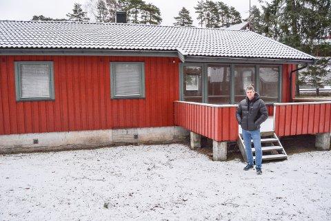 HAR PLANENE KLARE: Jan Erik Østensvig i Øst AS ønsker å selge huset i Kjærlighetsstien 37, men skal beholde tomta. – Her skal jeg bygge nytt, forteller han.