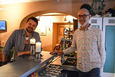 ÅPENT: Dag Brandth (til venstre) og Adrian Plaskett i Den gamle kommandant har åpent hver dag, men må stenge under Landstreffet for russ til helga.