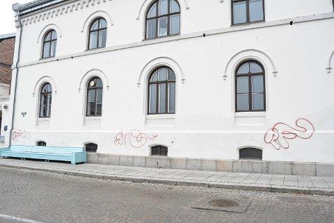 FENGSELET: Det tidligere fengselet på Torget er blitt tagget flere steder.